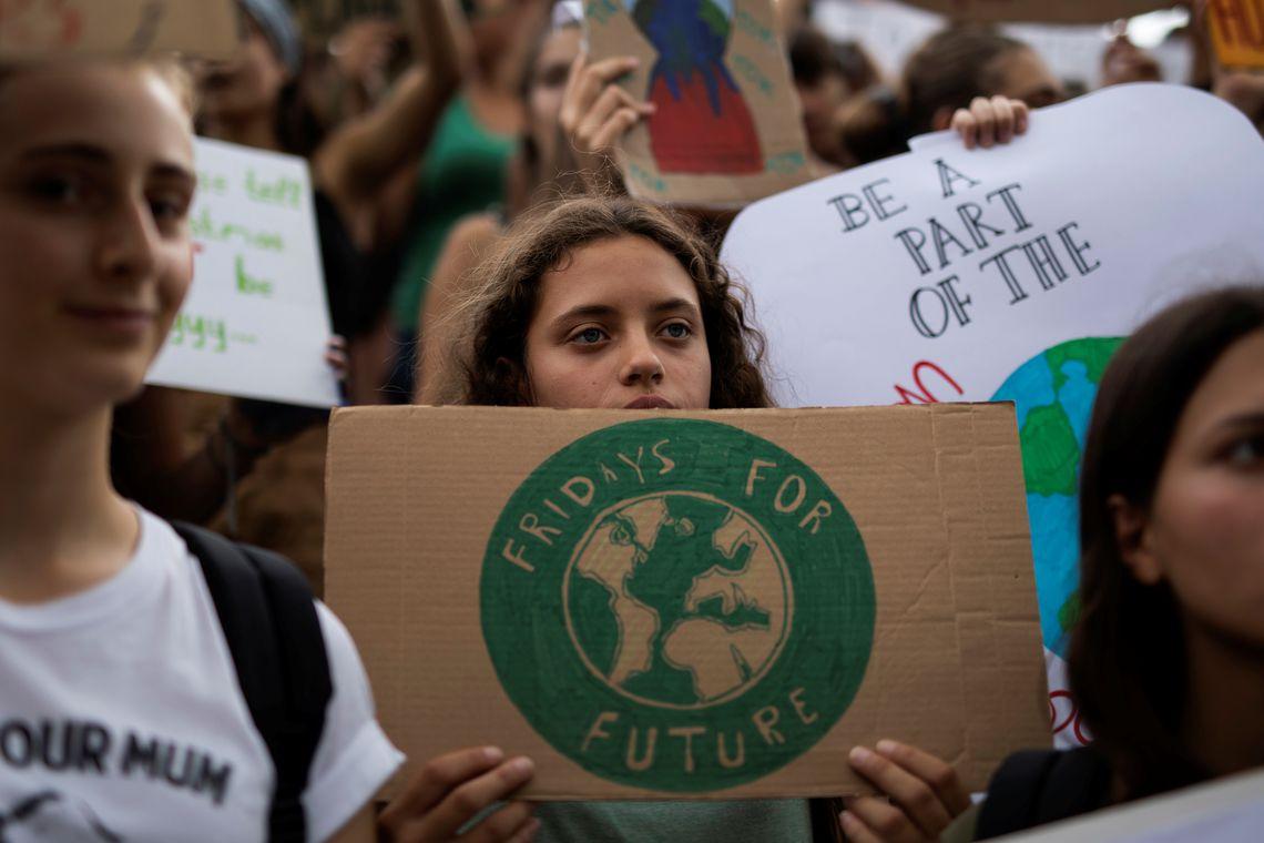 Um estudante grego tem um cartaz durante um comício da Greve Global pelo Clima do movimento sextas-feiras para o futuro em Atenas, Grécia, em 20 de setembro de 2019. REUTERS / Alkis Konstantinidis