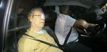 Ex-ministro José Dirceu chega a Brasília um dia depois de deixar o presídio