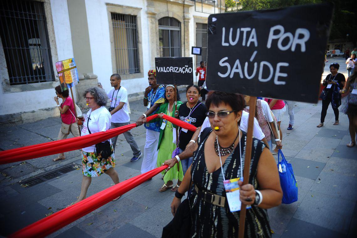 Participantes da 17ª edição do Encontro Nacional Vivendo protestam em frente à Assembléia Legislativa (Fernando Frazão/Agência Brasil)