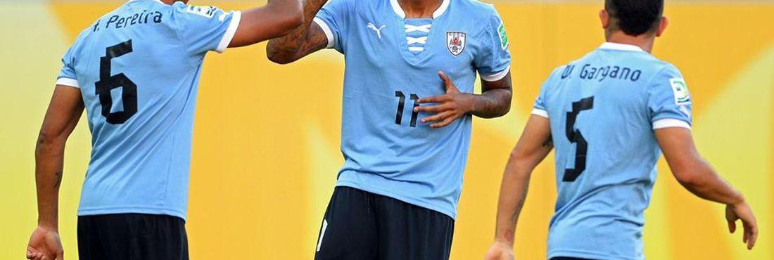 Hernandez (camisa nº11) é o artilheiro da seleção uruguaia na Copa das  Confederações a4129ec5f155c