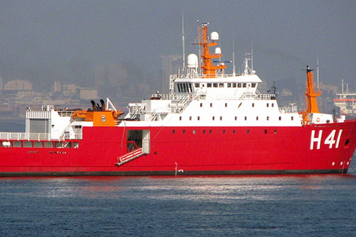 Navio Almirante Maximiano, da Marinha, é uma das embarcações que participam das buscas ao submarino argentino