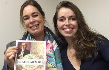 """Apresentadora Isabela Azevedo com a historiadora Mary del Priore, autora do livro """"As vidas de José Bonifácio"""""""