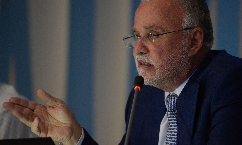 O diretor-presidente da Cedae, Helio Cabral, durante coletiva de imprensa