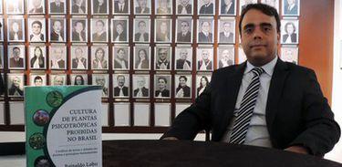 O autor, Reinaldo Lobo, é delegado da Polícia Civil do DF, desde 2005, e mestre em Direito Agrário pela Universidade Federal de Goiás, UFG