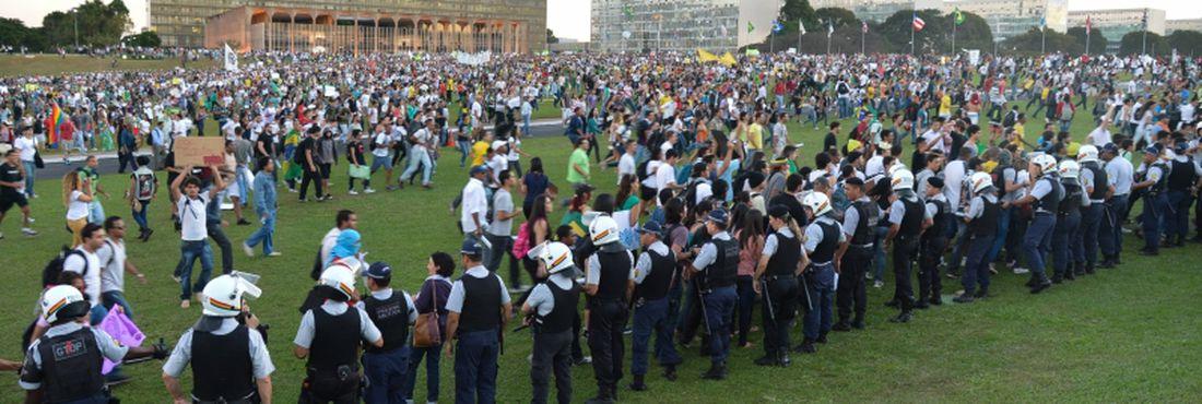 Manifestantes na Esplanada dos Ministérios protestam contra os gastos públicos na Copa das Confederações, a PEC 37 e pelo uso das verbas em educação e saúde, entre outras reivindicações