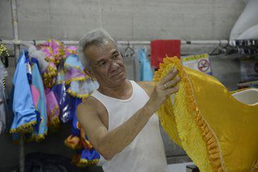 """O figurinista Luciano Costa prepara fantasias no barracão da Portela, na Cidade do Samba, para o enredo """"Na Madureira moderníssima, hei de sempre ouvir cantar uma sabiá"""", em homenagem a Clara Nunes."""