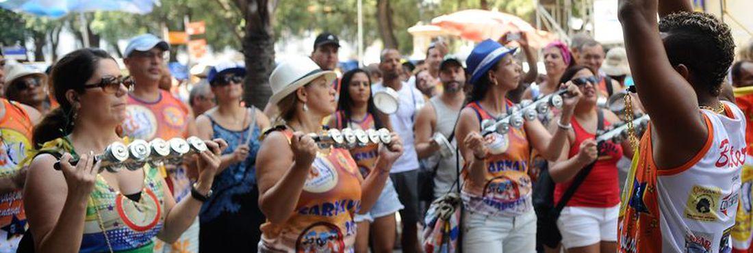Bloco de rua Tamborim Sensação abre carnaval não oficial na Praça XV, centro do Rio