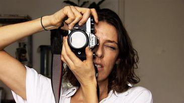 """""""Pensei que eu iria desaparecer quando troquei meu smartphone por um celular comum de botãozinhos"""", relata a fotógrafa Ana Rovati"""