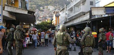 Militares continuam na favela da Rocinha para combater confrontos entre facções de traficantes de drogas