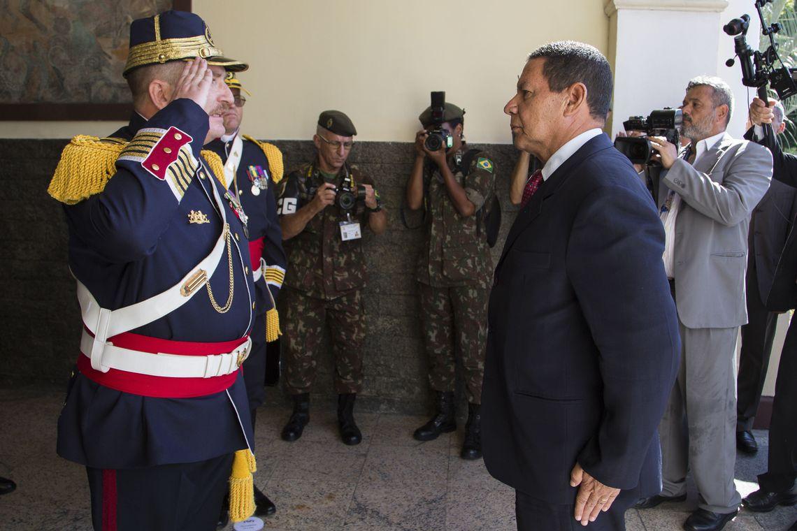 O Presidente da República, em exercício, General Hamilton Mourão, durante passagem de Comando do II Regimento de Cavalaria de Guarda, Regimento Andrade Neves.