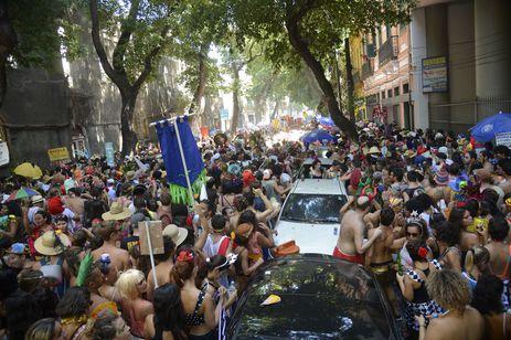 Bloco Cordão do Boitatá arrasta milhares de foliões em desfile de pré-carnaval pelas ruas do centro do Rio de Janeiro