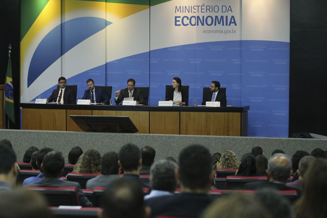 O secretário Especial de Desburocratização, Gestão e Governo Digital, Paulo Antônio Spencer Uebel, participa de mesa-redonda sobre lançamento de um relatório do Banco Mundial
