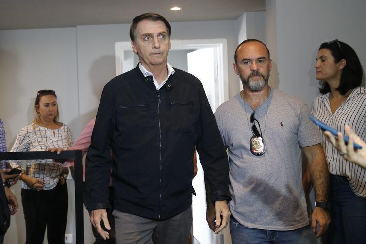 O candidato Jair Bolsonaro (PSL) fala à imprensa após gravação de campanha, no bairro Jardim Botânico.
