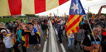 Catalan demonstrators wearing and waving Esteladas (Catalan separatist flags) chant slogans as they march during Catalonia's general strike in El Masnou, Spain, October 18, 2019.  REUTERS/Albert Gea