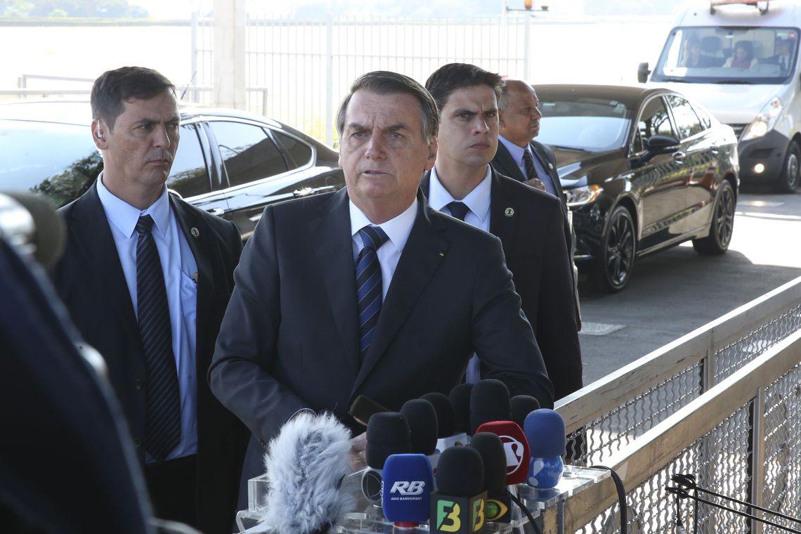 Bolsonaro cumprimenta populares e fala à imprensa no Alvorada