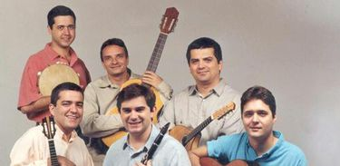 Água de Moringa: da esquerda para a direita, de cima para baixo: André Boxexa (percussão/bateria), Luiz Flávio Alcofra (violão), Marcílio Lopes (bandolim/violão tenor), Jayme Vignoli (cavaquinho), Rui Alvim (clarinete/clarone) e Josimar Carneiro (violão)