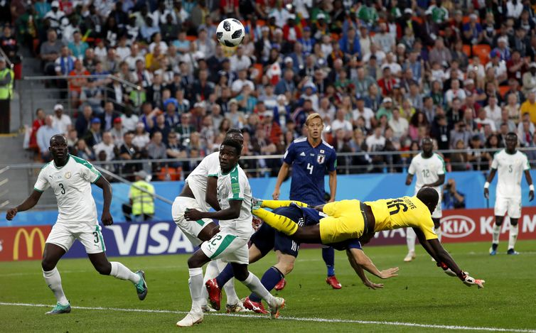 Ekaterinburg (Russian Federation), 24/06/2018.- Goalkeeper Khadim N'Diaye of Senegal fails to clear the ball while Keisuke Honda (back) of Japan looks on during the FIFA World Cup 2018 group H preliminary round soccer match between Japan and
