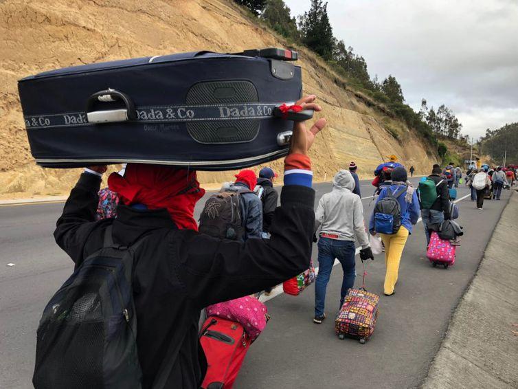 Venezuelanos caminham por estrada equatoriana a caminho do Peru em Tulcán  REUTERS/Andres Rojas