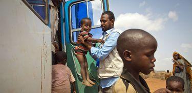 Crianças migrantes chegam a campo de refugiados na Etiópia