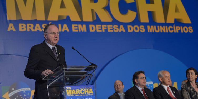 Brasília - O presidente da Confederação Nacional dos Municípios (CNM), Paulo Ziulkoski, discursa na abertura da 16ª Marcha a Brasília em Defesa dos Municípios