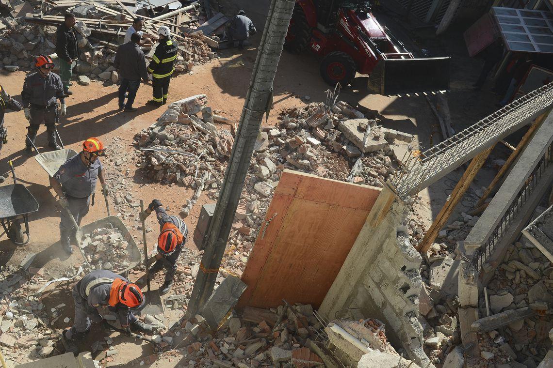 São Paulo - Bombeiros buscam mulher soterrada em desabamento de Igreja da Assembleia de Deus em Diadema, no ABC Paulista (Rovena Rosa/Agência Brasil)