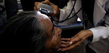 Médica examina pele de paciente idosa