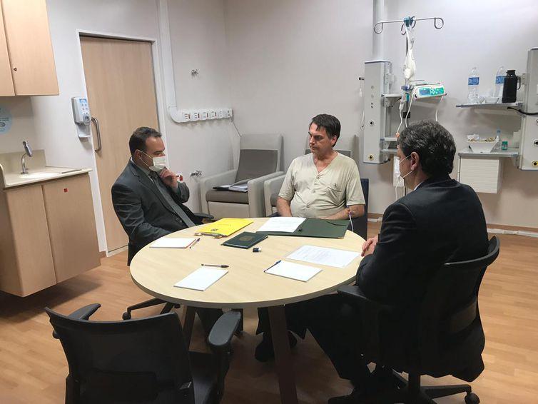 - Jair Bolsonaro, reunido no hospital como ministro da Infraestrutura, Tarcísio de Freitas, e o subchefe de Assuntos Jurídicos da Casa Civil da Presidê