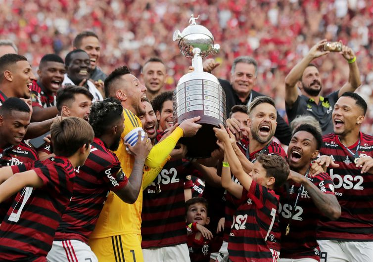 Soccer Football - Copa Libertadores - Final - Flamengo v River Plate - Monumental Stadium, Lima, Peru - November 23, 2019 Flamengo's Diego Alves and Diego lift the trophy with team mates as they celebrate after winning the final REUTERS