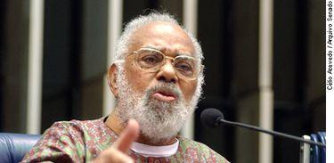 Foto: Célio AzevedoSexta-feira, 13 de maio de 2005Subcomissão da Igualdade RacialNa mesa: Abdias do Nascimento, Ex-Senador da RepúblicaPauta: audiência pública com a finalidade de discutir formas de elimina