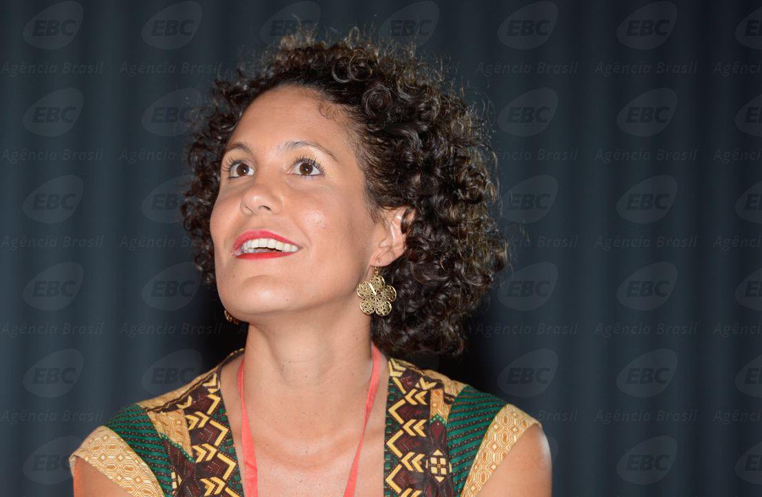 Antropóloga Paula Balduino, mediadora no Festival Latinidades 2014, durante palestra Territórios Negros, fontes de sabedoria ancestral (Valter Campanato/Agência Brasil)
