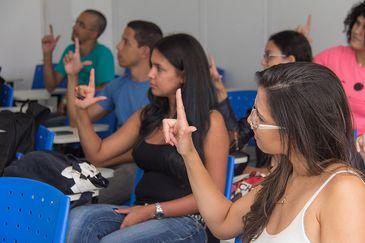 Alunos em aula de Libras