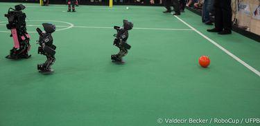 Robôs disputam partida de futebol na RoboCup 2014