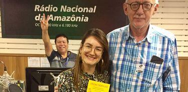 A apresentadora Juliana Maia, o jornalista e escritor Fernando Rocha e o operador Pipi Caiabi, ao fundo