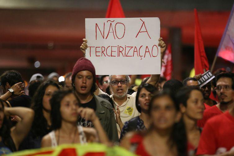 Brasília - Manifestantes protestam contra a reforma da Previdência, reforma trabalhista e o projeto de lei da terceirização (Fabio Rodrigues Pozzebom/Agência Brasil)