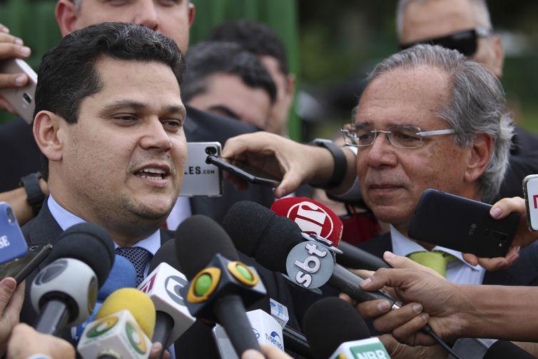 O presidente do Senado, Davi Alcolumbre, e o ministro da Economia, Paulo Guedes, falam à imprensa após se reunirem na residência oficial da Presidência do Senado.