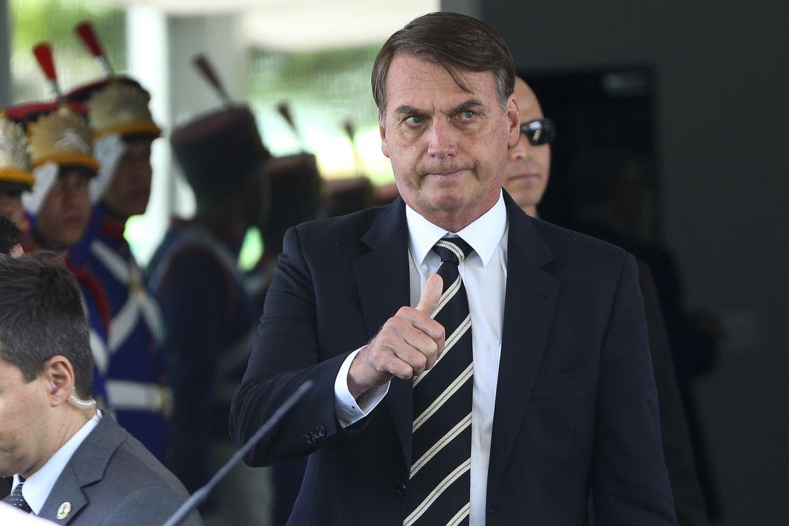 O Presidente Jair Bolsonaro deixa o Ministério da Defesa após almoço com ministros.