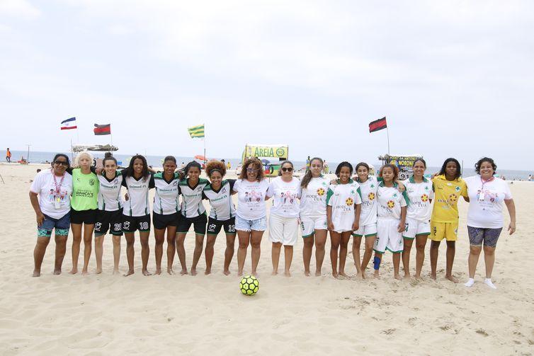 Mulheres jogam futebol na praia de Copacabana como parte do Outubro Rosa, promovido pela Comissão de Defesa dos Direitos da Mulher da ALERJ