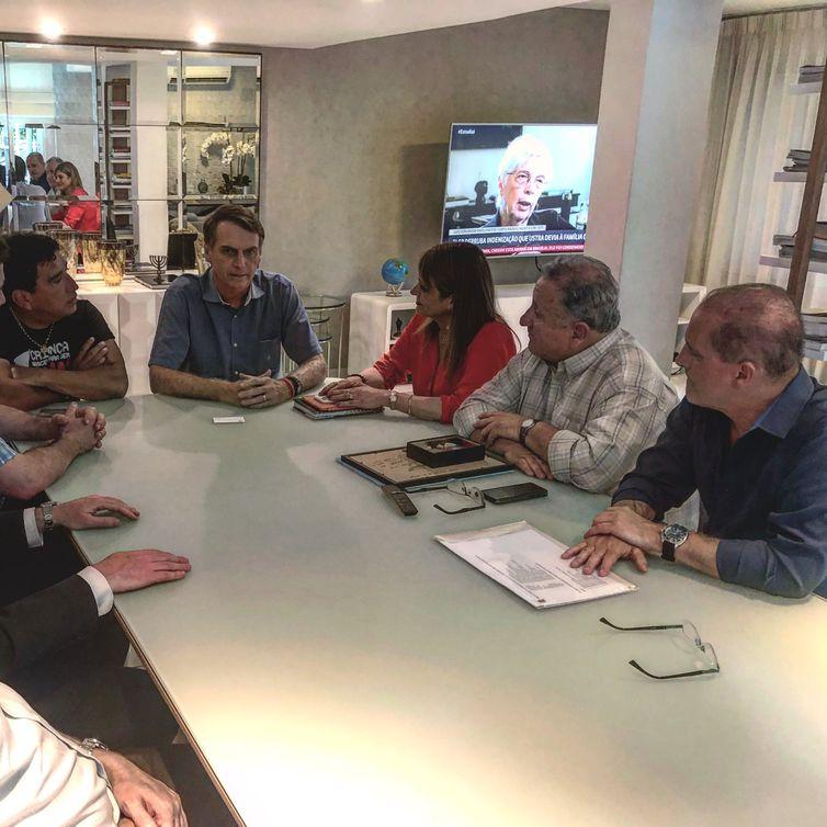 O candidato do PSL à Presidência da República, Jair Bolsonaro, recebe visita dos senadores chilenos Jaqueline Van Ryselberghe e José Durana, acompanhados do deputado federal Onyx Lorenzoni e do senador Magno Malta.