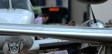 Brasília - O deputado Paulo Maluf desembarca do avião da Polícia Federal (Valter Campanato/Agência Brasil)