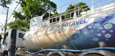 Caminhão-pipa leva água a bairros de Itu