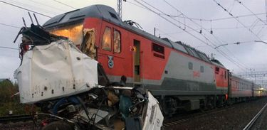 Trem se choca com ônibus na Rússia