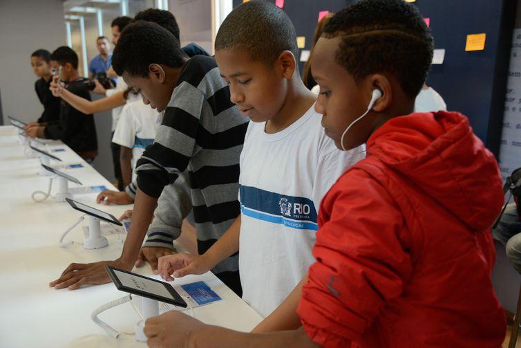 Estudantes participam do Ler - Salão Carioca do Livro, na Biblioteca Parque, no centro do Rio.