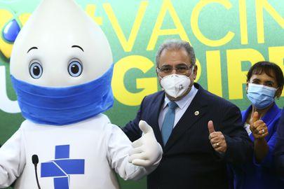 O ministro da Saúde, Marcelo Queiroga, e a representante da Organização Pan-Americana da Saúde, Socorro Gross, durante o lançamento da Campanha Nacional de Vacinação contra a gripe.
