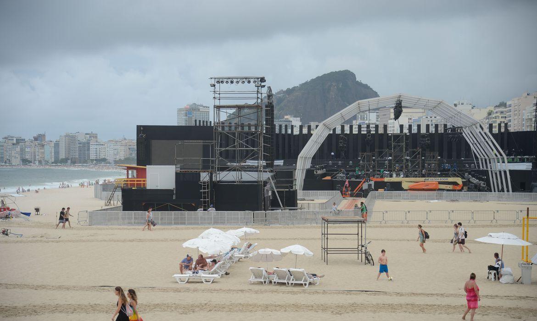 Rio de Janeiro - Montagem do palco central que receberá os shows da virada de ano na praia de Copacabana (Fernando Frazão/Agência Brasil)