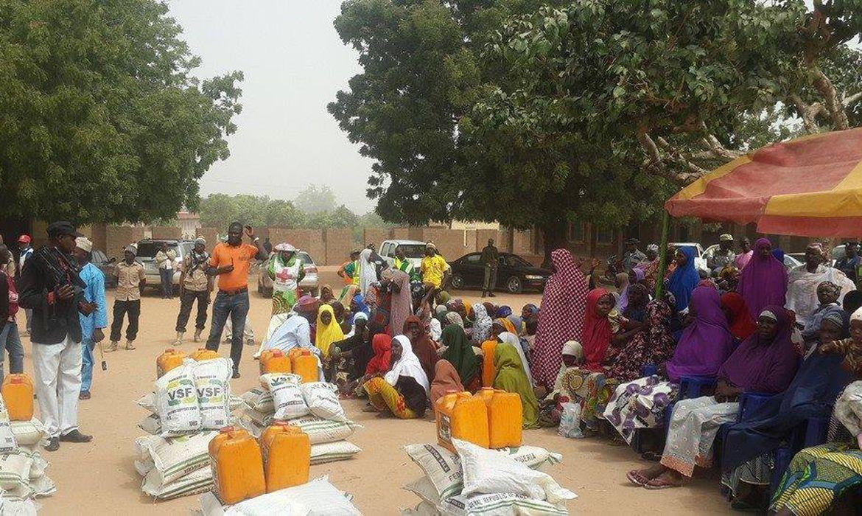 Representantes do governo e da Cruz Vermelha distribuem alimentos e medicamentos em campos de refugiados