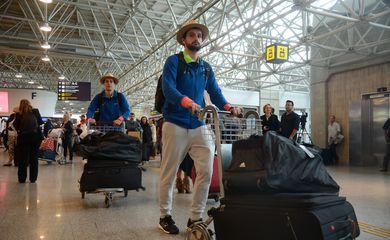 Rio de Janeiro - Movimento intenso de passageiros na tarde de hoje (22) no Aeroporto Internacional Tom Jobim/RioGaleão com a partida das delegações olímpica (Tomaz Silva/Agência Brasil)