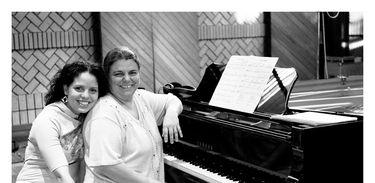 Débora Gurgel ao piano