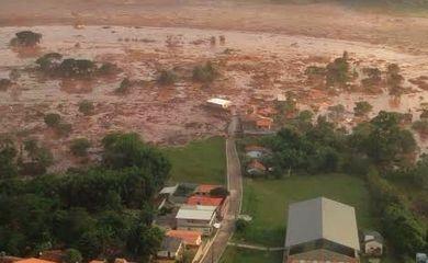 Barragem se rompe e inunda distrito de Mariana