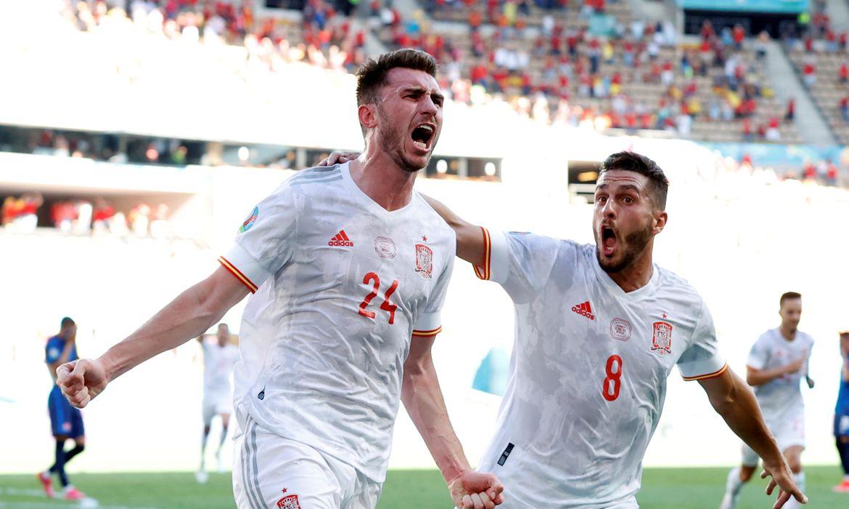 Aymeric Laporte comemora com colega Koke gol marcado em vitória da Espanha sobre a Eslováquia - Eurocopa - Euro 2020