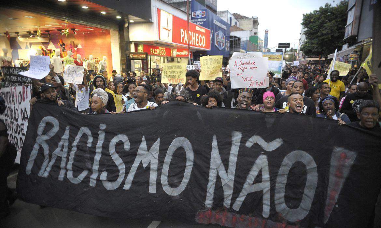 Rio de Janeiro - Em ato Contra o Genocídio da Juventude Negra, manifestantes protestam contra a morte de cinco jovens negros por PMs no último sábado (28), em Costa Barros, na zona norte (Tomaz Silva/Agência Brasil)